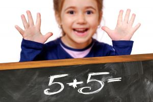 child counts with fingers