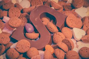 chocolate letter S with gingerbread cookies around